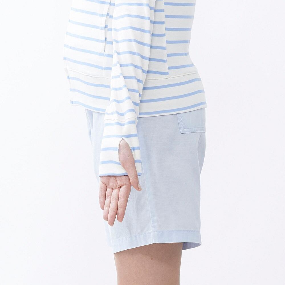 Tay áo: Áo chống nắng Uniqlo kẻ ngang xanh da trời