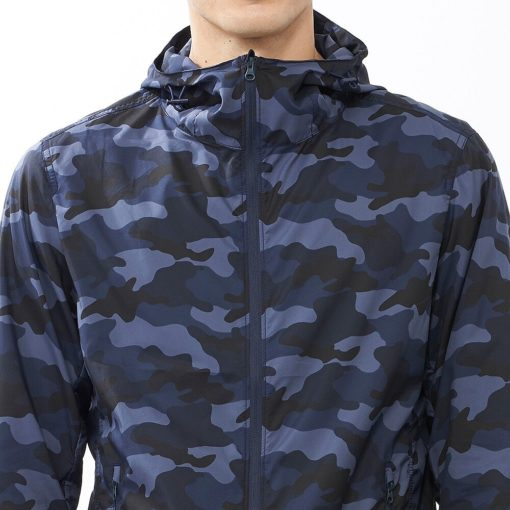 Phần ngực, cổ áo gió rằn ri xanh biển Uniqlo