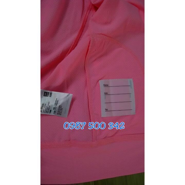Bên trong áo chống nắng Uniqlo kids có thêm phần ghi thông tin liên lạc