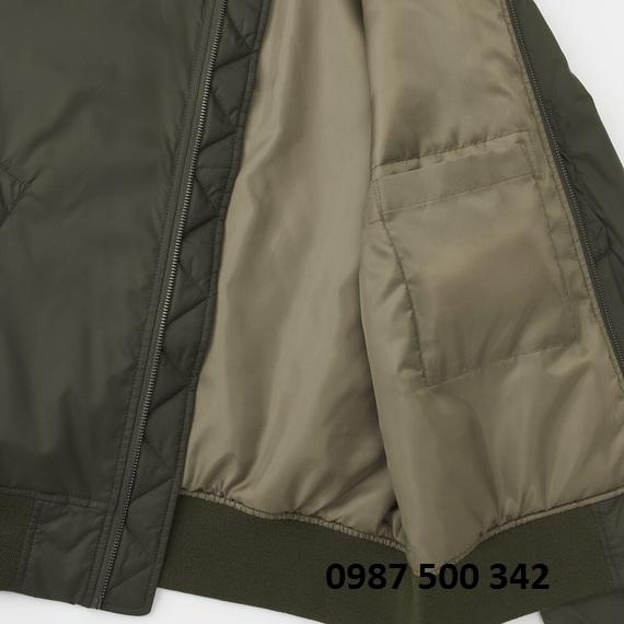 Bên trong áo khoác bomber Uniqlo