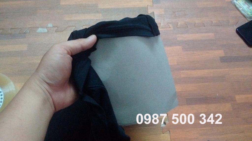 bên trong áo là một tấm bìa giấy cứng giúp đem lại cảm giác chắc chắn cứng cáp khi cầm túi áo giữ nhiệt