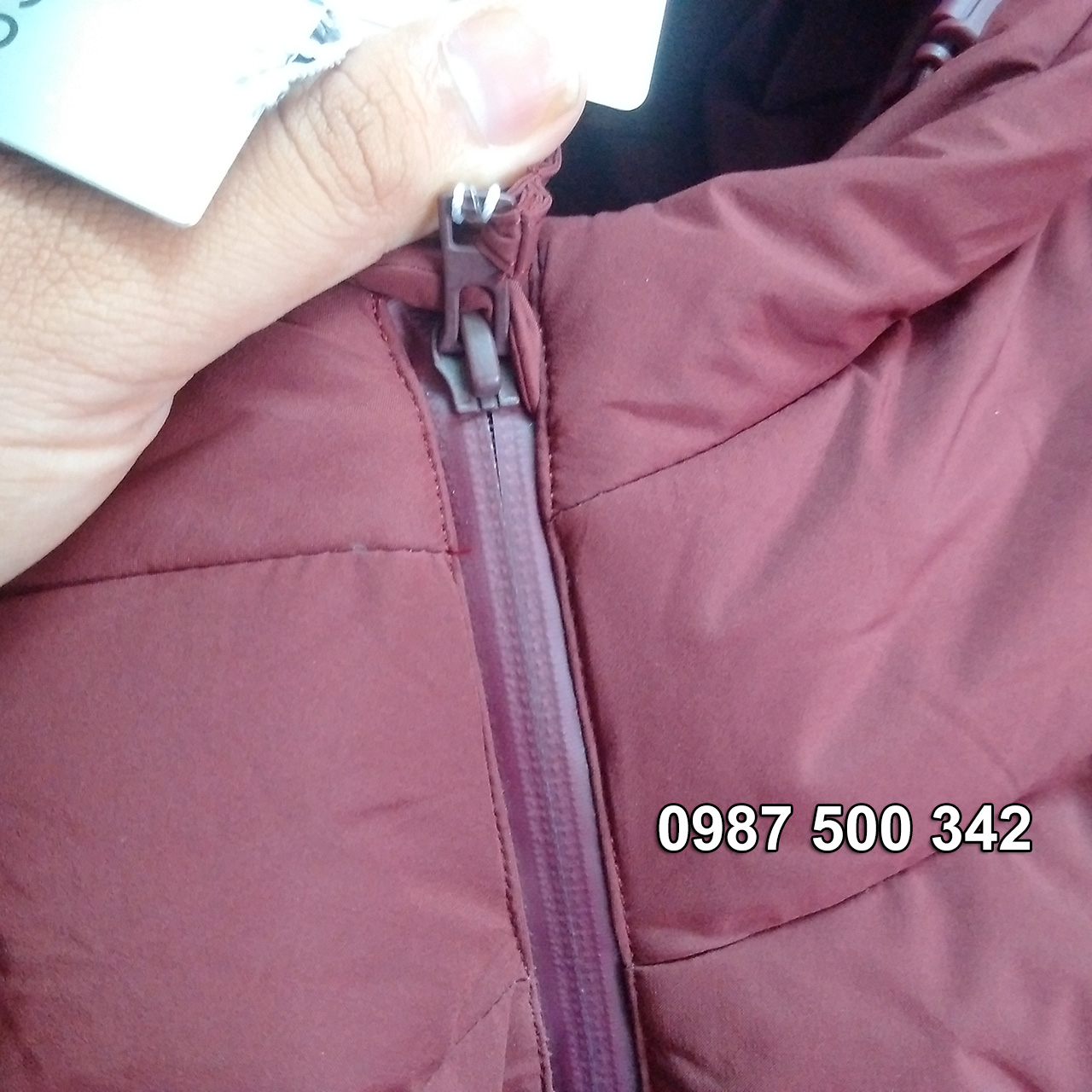 Khóa áo có lớp phủ bảo vệ ngăn không cho nước vào bên trong qua khe khóa