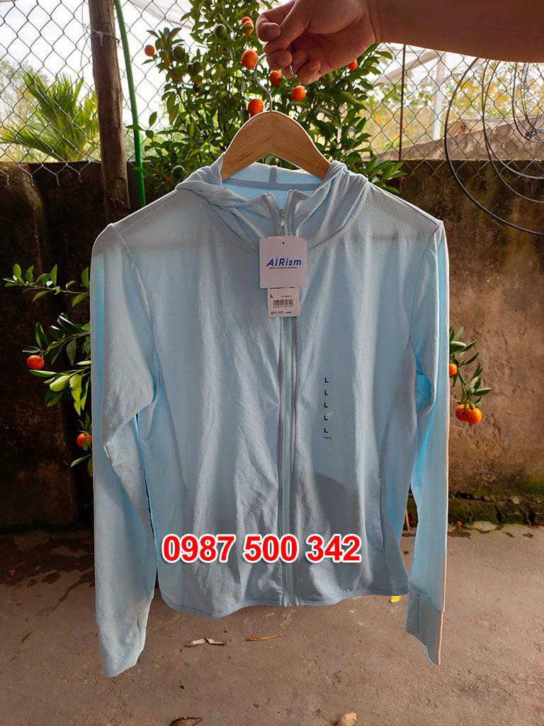 Ảnh thật áo chống nắng Uniqlo màu xanh da trời nhạt 60 LIGHT BLUE 413363
