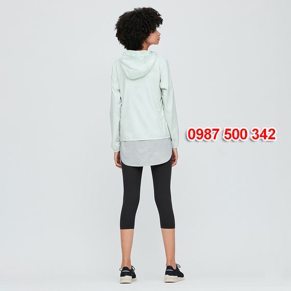 Mặt sau áo gió nữ Uniqlo 2020