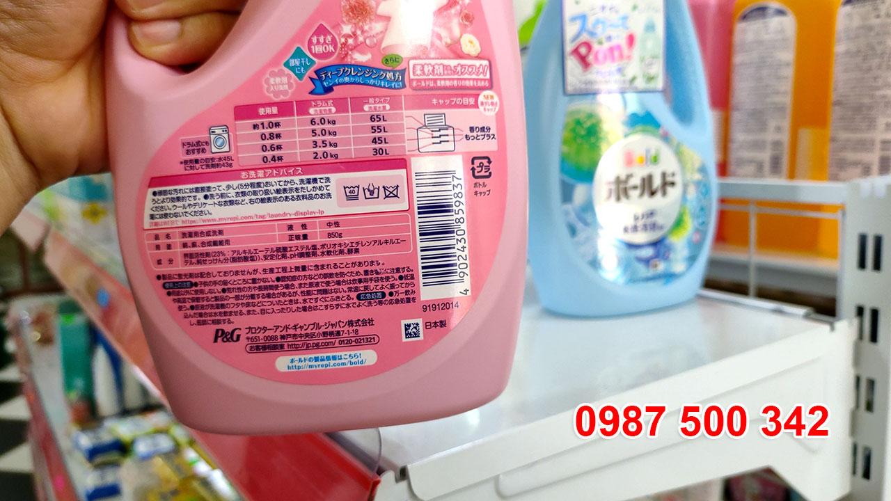Mặt sau chai nước giặt xả gel ball P&G Nhật Bản 850ml màu hồng