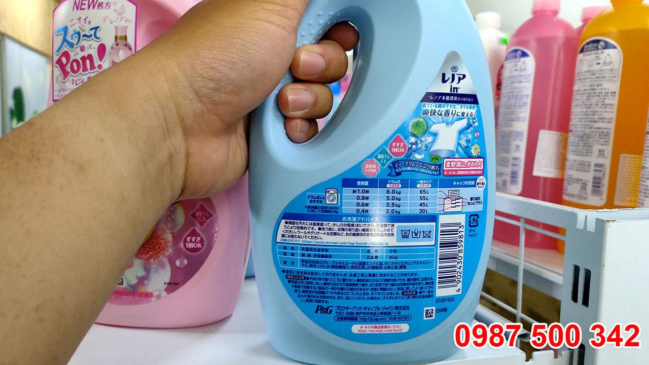 Mặt sau chai nước giặt xả gel ball P&G Nhật Bản 850ml màu xanh