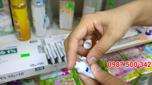 Mở tuýp Kem trị mụn Dalacin T Gel 1%
