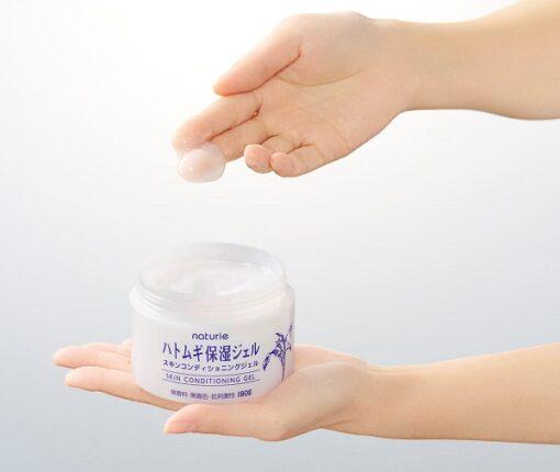 """Naturie Skin Conditioning Gel hình thành một lớp """"micro-gel"""" của nước để bổ sung độ ẩm cho da. Đồng thời lớp """"micro-gel"""" này giúp khóa ẩm mà không cần dựa vào các thành phần gốc dầu như kem dưỡng thông thường."""