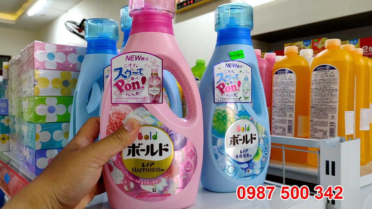 Trên tay chai nước giặt xả gel ball P&G Nhật Bản 850ml màu hồng, xanh