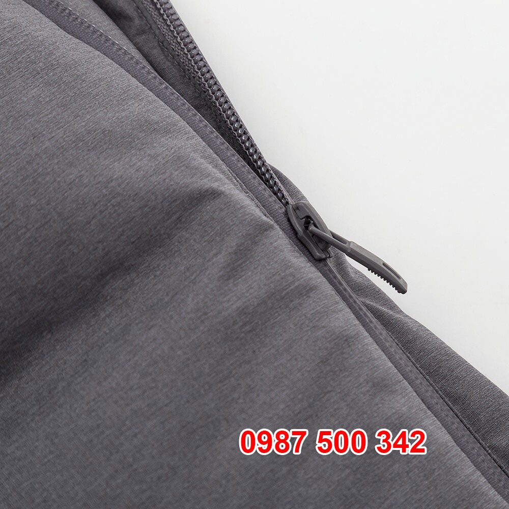 Khóa áo YKK bền bỉ, có phần che khóa nilon giúp nước mưa không chui vào áo