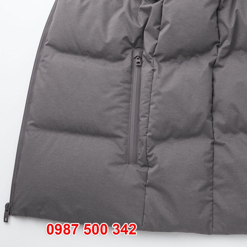 Túi áo ngoài có phần che khóa giúp nước mưa không vào được túi áo