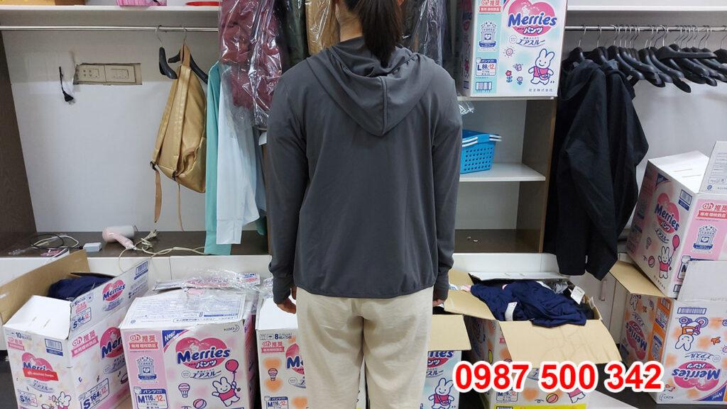 Ảnh thật áo chống nắng nữ Uniqlo 2021 màu xám nâu 07 GRAY 433703 - mặt sau áo