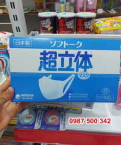 Trên tay hộp khẩu trang Unicharm Nhật Bản